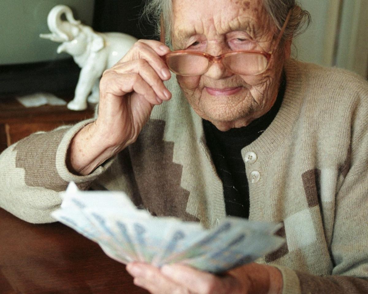 Что делать пенсионеру, если он не хочет, чтобы ему переводили пенсию на банковскую карту?
