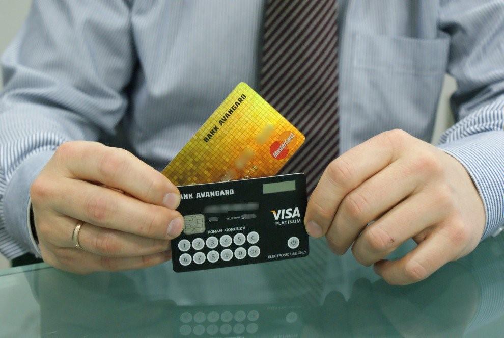 На что стоит обратить особое внимание, получая банковскую карту?