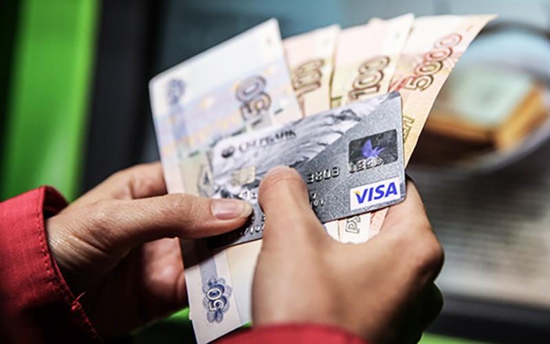 Как сэкономить на обслуживании банковской карты